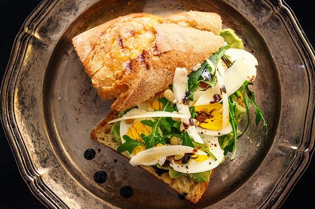 sendvič a vařené vejce