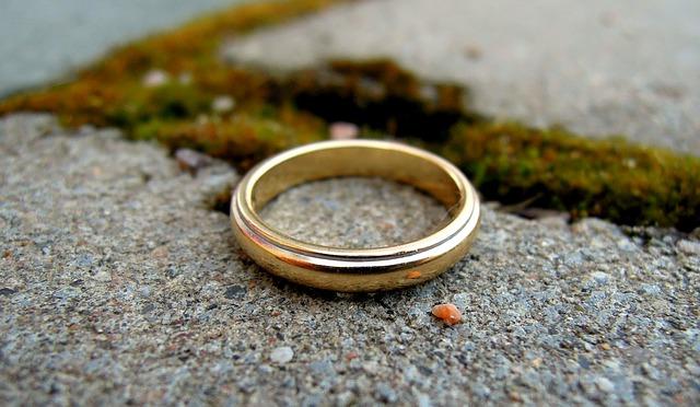 snubní prsten ležící na kamenných kostkách