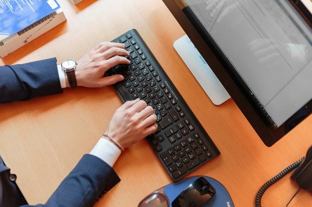 ruce na klávesnici, práce na PC